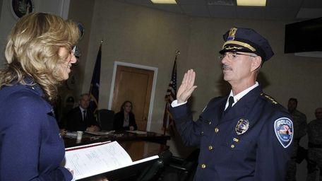 Robert Pearce gets sworn by Sundya Schermeyer, Town