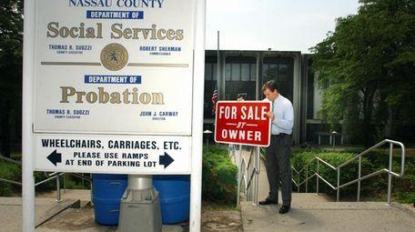 Then-Nassau County Executive Thomas Suozzi places a For