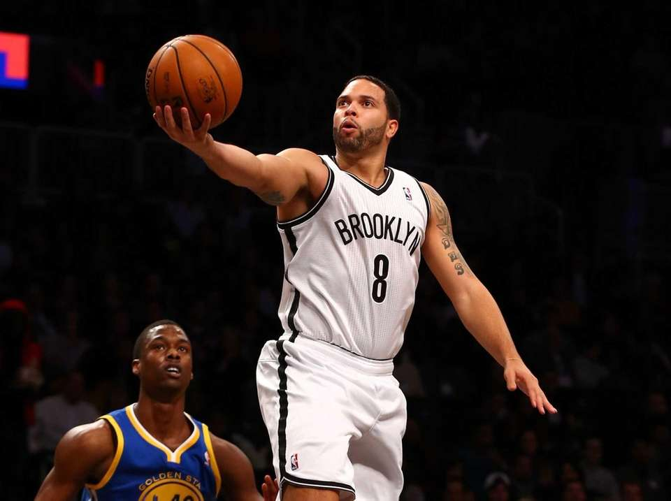 Deron Williams of the Brooklyn Nets lays up