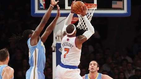 Carmelo Anthony #7 of the Knicks takes the