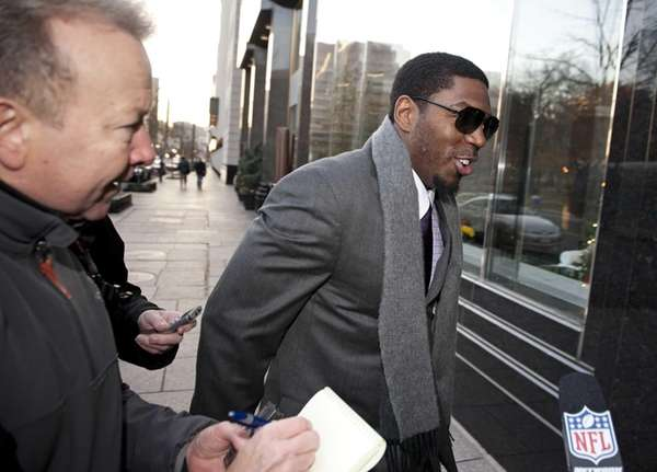 New Orleans Saints linebacker Jonathan Vilma is pursued