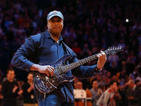 Former Yankees center fielder Bernie Williams performs the