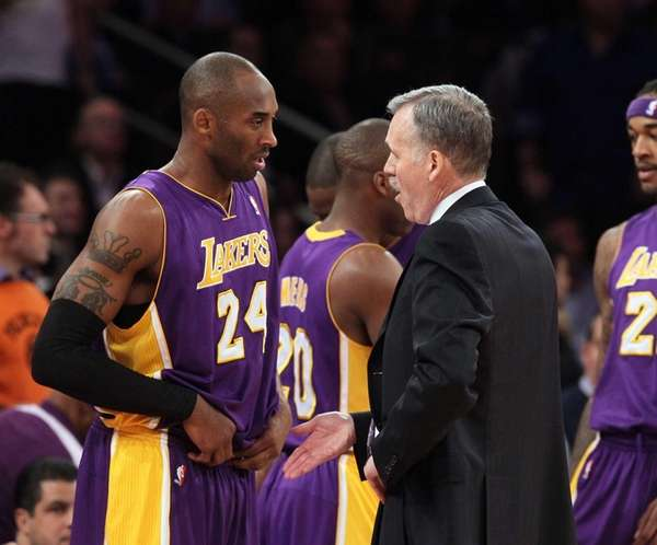 Lakers coach Mike D'Antoni talks with Kobe Bryant