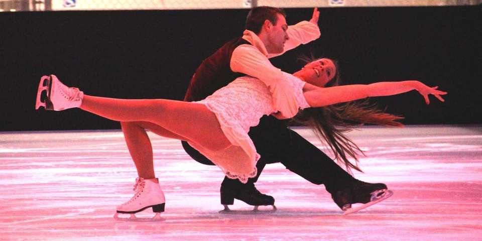 Ashley Halstead and Robert Knopf perform an ice