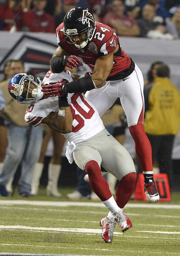 Atlanta Falcons strong safety Chris Hope hits Victor