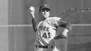 Mets pitcher Tom Seaver throws against the Atlanta