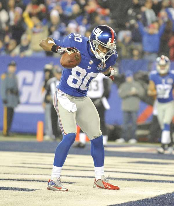 Victor Cruz celebrates a touchdown during a game