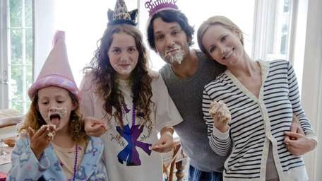 From left to right: Charlotte (Iris Apatow), Sadie