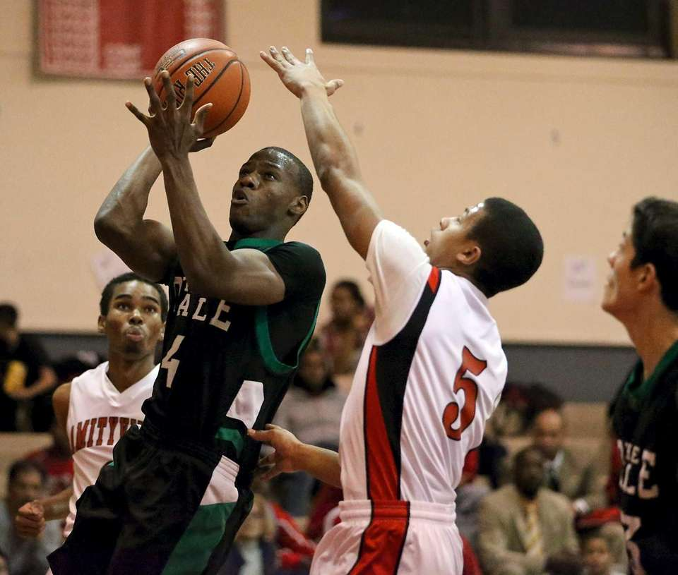 Farmingdale's Dalique Mingo puts up a shot as