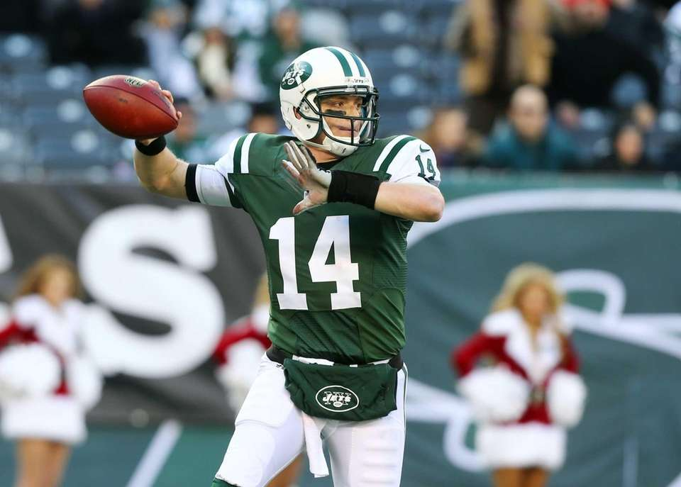 Greg McElroy throws a pass during the first