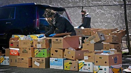Community Solidarity volunteers set up food stations —