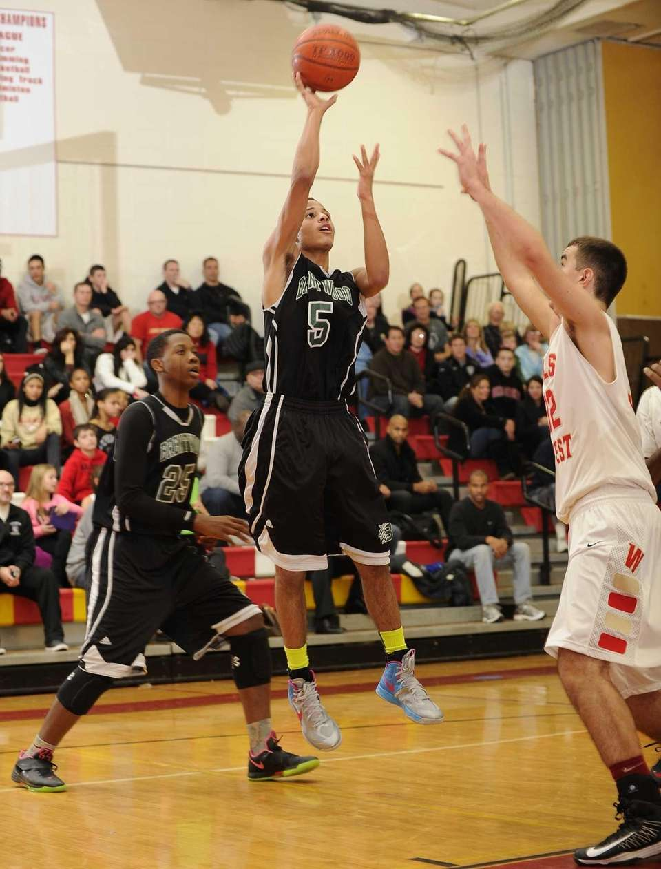 Brentwood point guard Michael Almonacy passes the ball