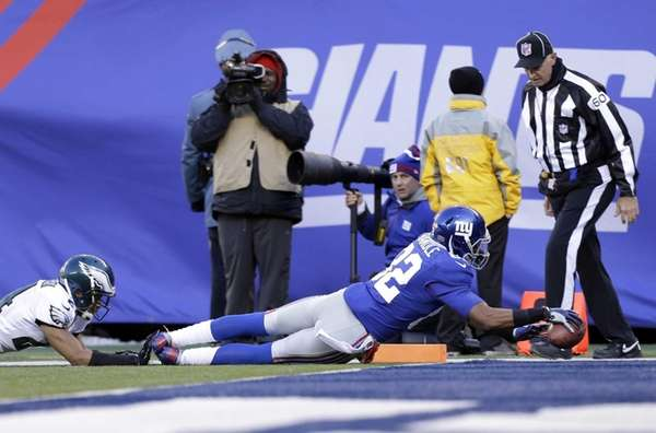 Giants wide receiver Rueben Randle dives for a