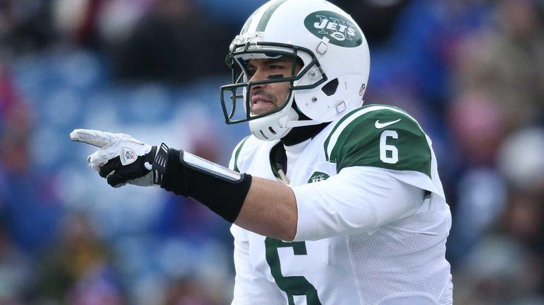 Mark Sanchez of the Jets calls an audible