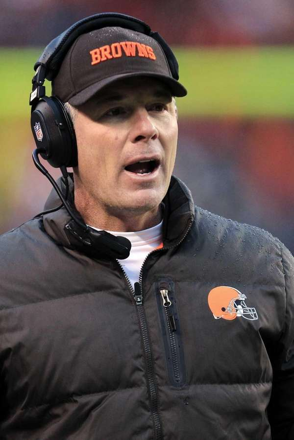 Cleveland Browns head coach Pat Shurmur reacts during