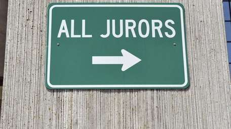 A sign pointing to the jurors' entrance at