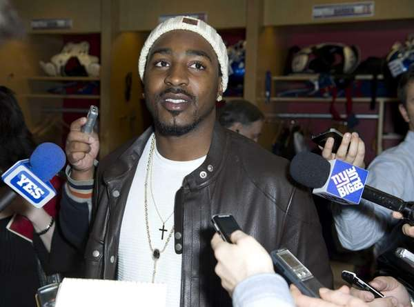 Giants wide receiver Hakeem Nicks talks to the