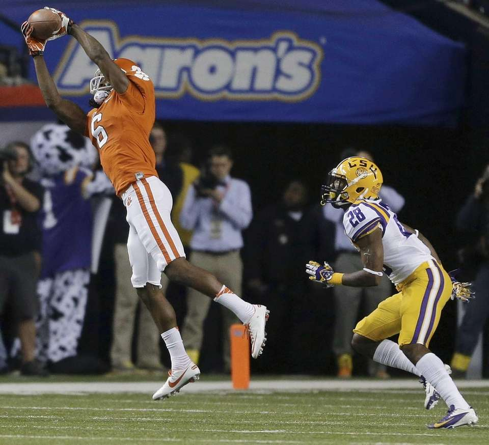 Clemson wide receiver DeAndre Hopkins makes a catch