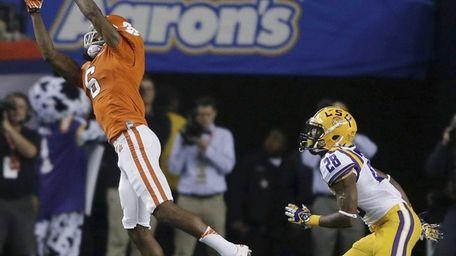 Clemson wide receiver DeAndre Hopkins makes a catch