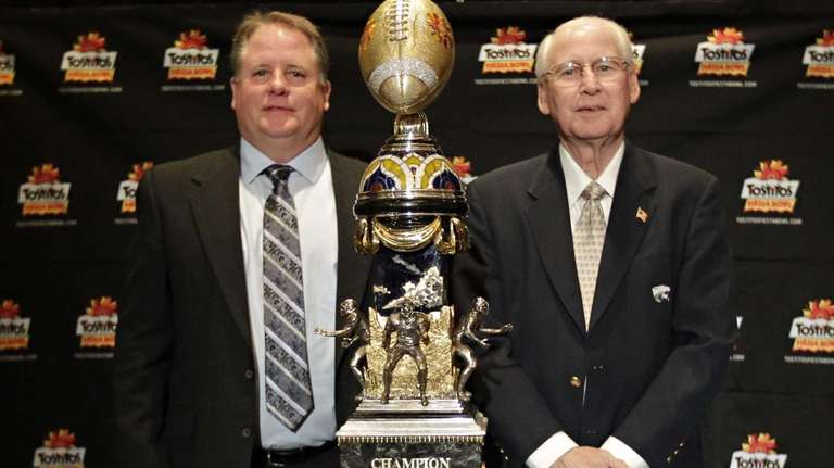 Oregon head coach Chip Kelly, left, and Kansas