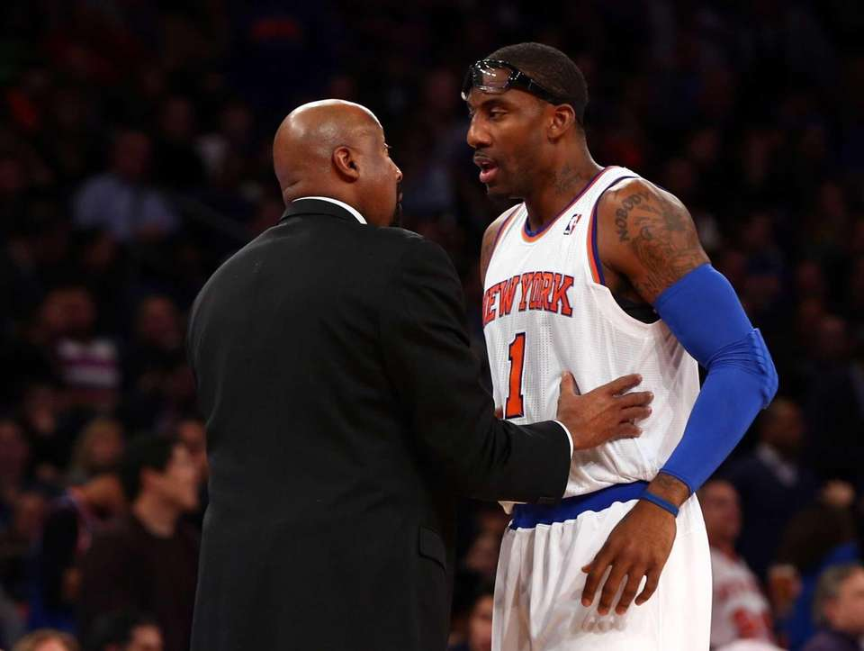 Mike Woodson talks with Amar'e Stoudemire during a
