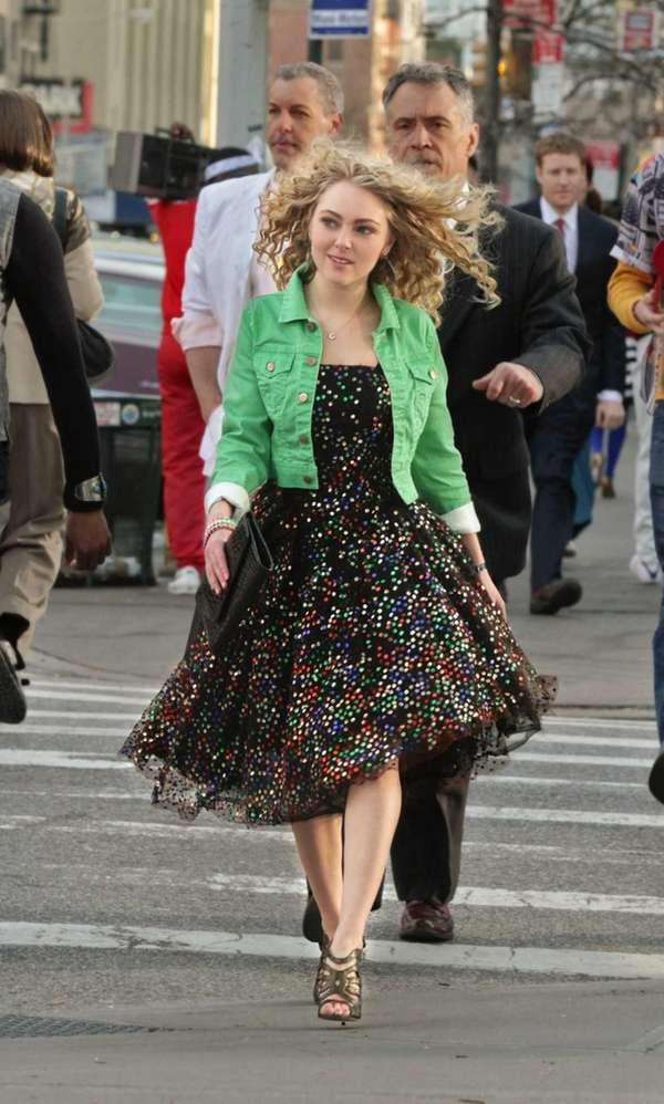 AnnaSophia Robb plays a teenage Carrie Bradshaw in