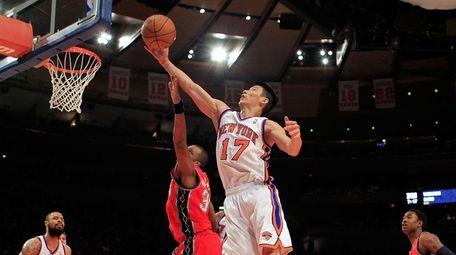 Jeremy Lin #17 of the Knicks rebounds the