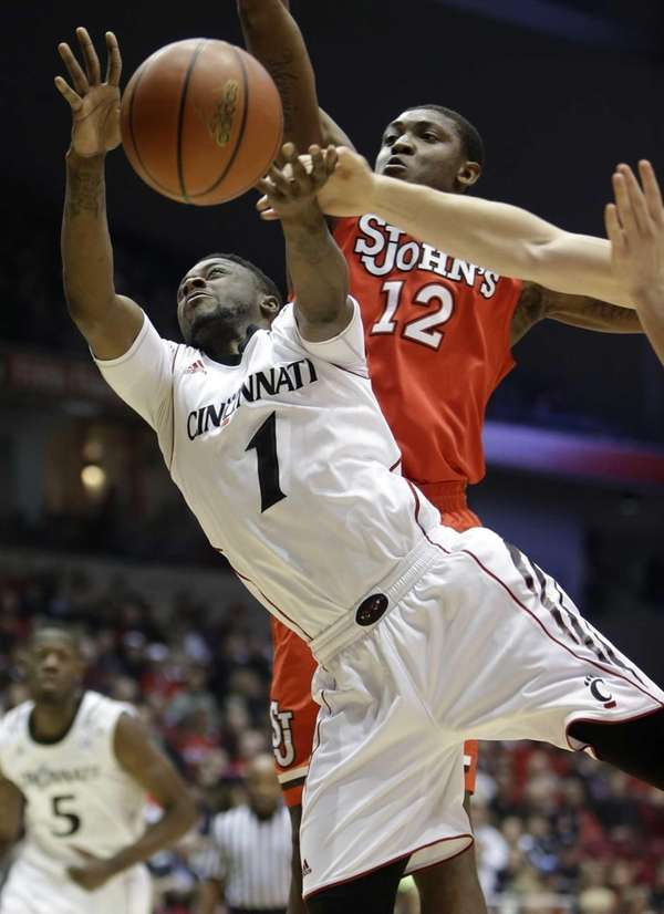 Cincinnati guard Cashmere Wright (1) is fouled while