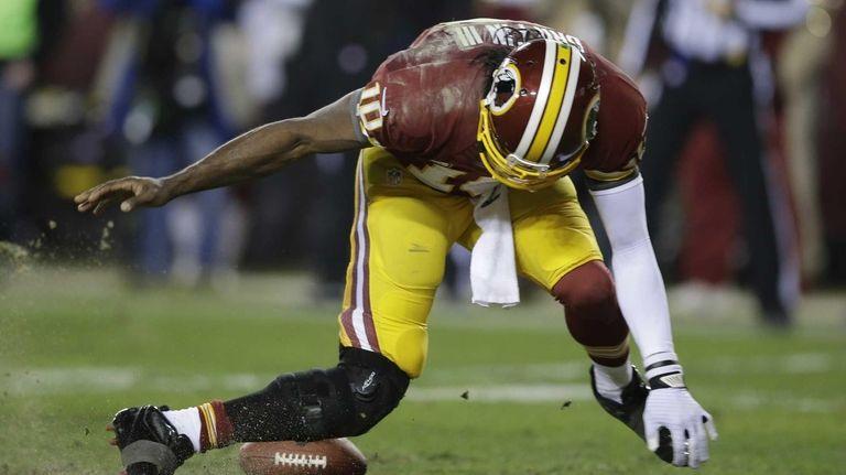 Washington Redskins quarterback Robert Griffin III twists his