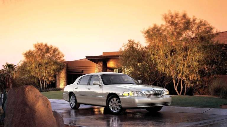 A 2005 Lincoln Town Car equipped with the