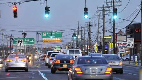 Eastbound traffic on Hempstead Turnpike near Nassau University