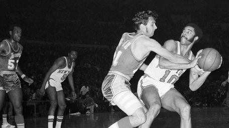 Los Angeles Lakers' John Egan (21) attempts to
