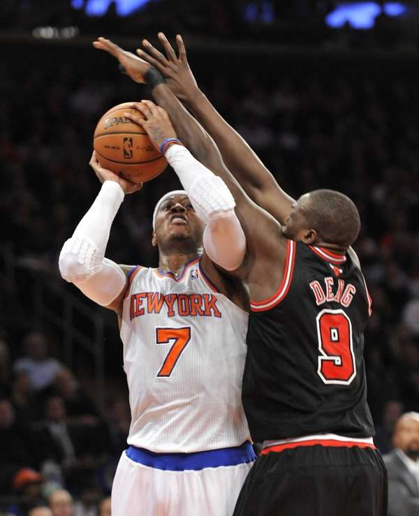 Carmelo Anthony gets hacked by Chicago Bulls forward
