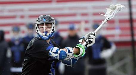 Roslyn's Ethan Gatto sets to shoot during a