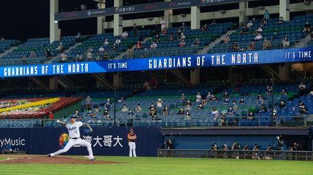 Hong Wun Chen #13 of Fubon Guardians pitches