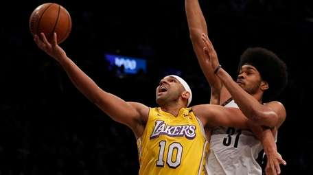 Jared Dudley #10 of the Los Angeles Lakers