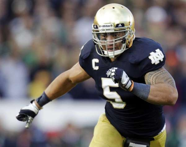 Notre Dame linebacker Manti Te'o chases the action