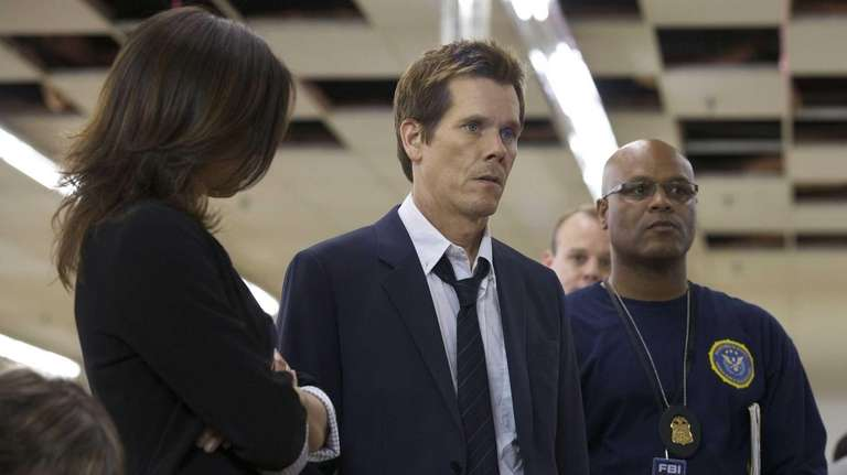 Former FBI agent Ryan Hardy (Kevin Bacon, center)