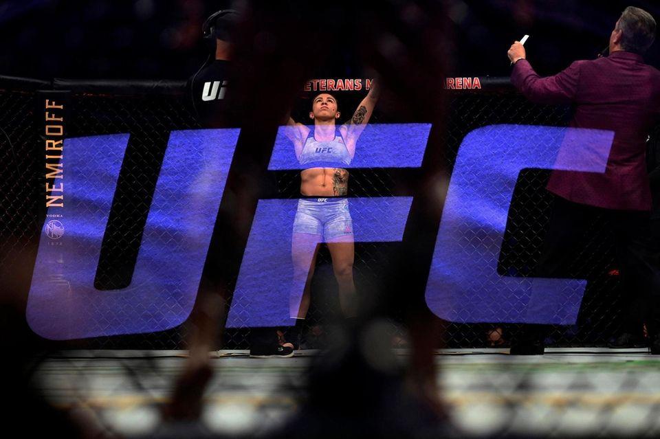 Claudia Gadelha prepares for her bout against Angela