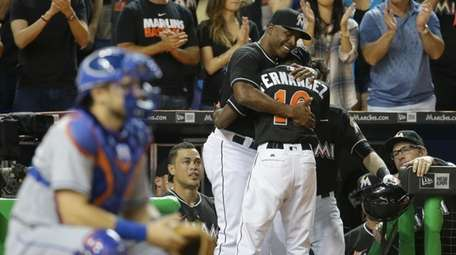 Marlins hitting coach Barry Bonds, left, hugs Dee