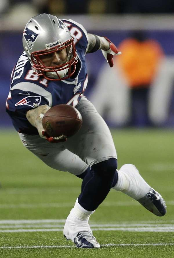 New England Patriots tight end Aaron Hernandez dives