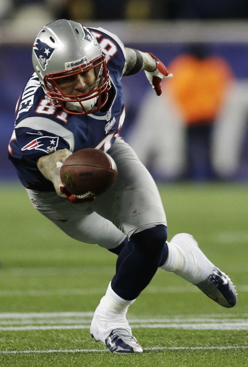 New England Patriots tight end Aaron Hernandez dives