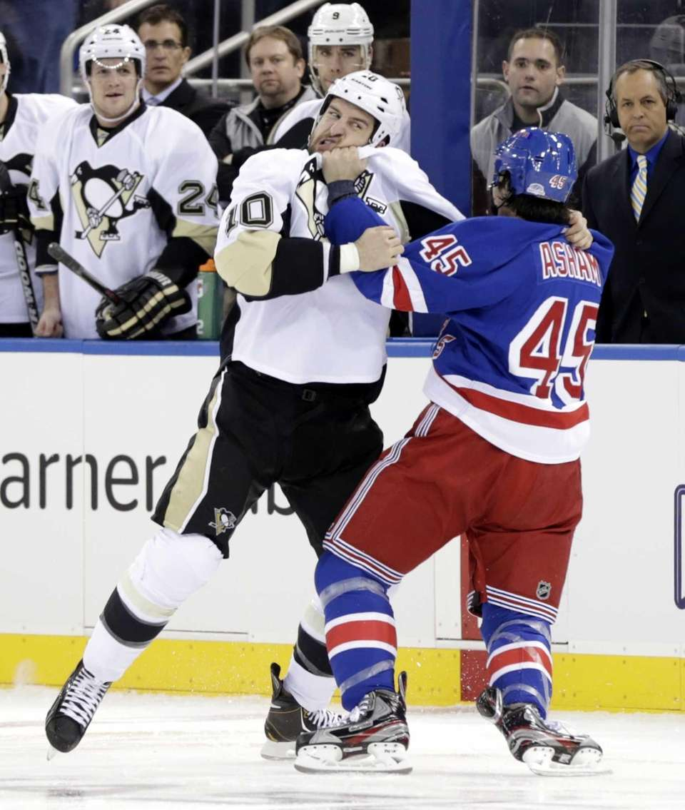 Pittsburgh Penguins' Tanner Glass, left, and Rangers' Arron