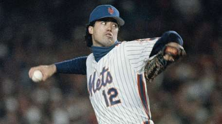 Ron Darling pitches in the first inning against