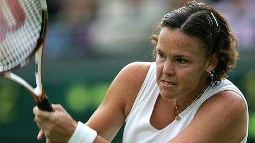 Lindsay Davenport returns to Amelie Mauresmo during their