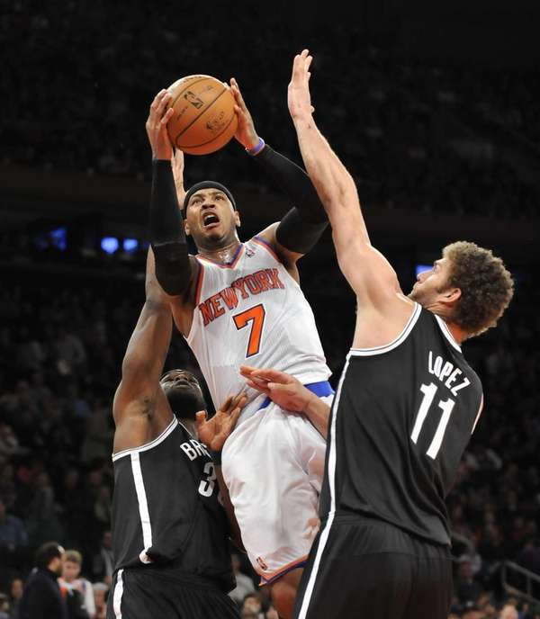Carmelo Anthony of the Knicks drives to basket