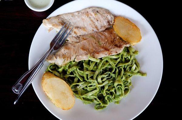 Golden Chicken's tallarin verde con pechuga de pollo,