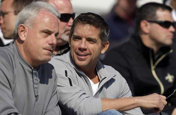 New Orleans Saints coach Sean Payton, center, talks
