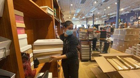 Oneesa Khan helps prepare Fox's for curbside pickup