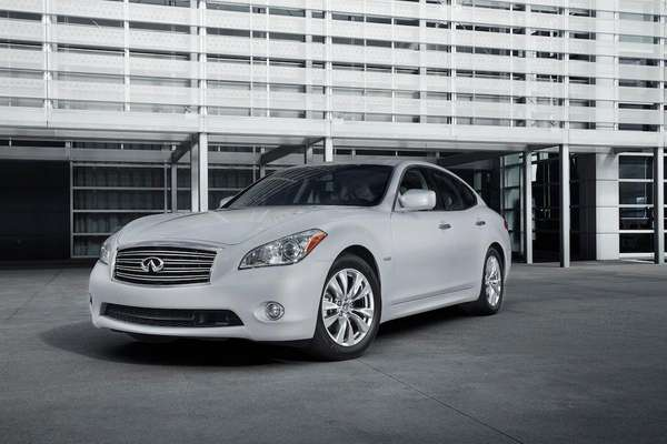 The 2013 Infiniti M35h is so smooth and